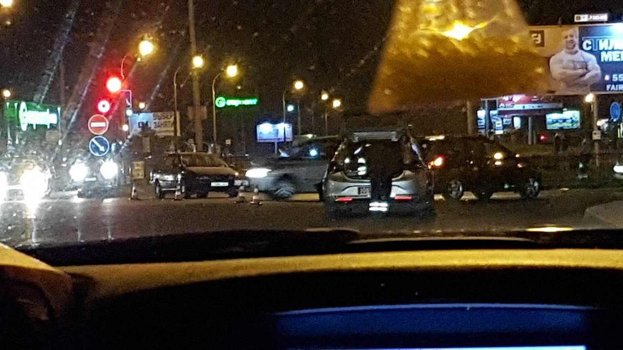 Ночью в Бресте на пустом перекрёстке столкнулись автомобили