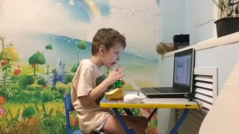 Ребенок в 5 лет собирает кубик рубика за 5 минут