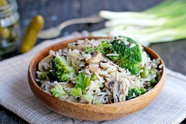 сытное блюдо, отличный гарнир к мясу. ингредиенты рис 1 ст. лук 1 шт. шампиньоны 500 г зеленый горошек 100 г брокколи 200 г масло растительное 1 ст.л. процесс приготовления лук нарезать кубиками, грибы — пластинами. обжарить лук и грибы на