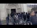 Сен-Дени Франция Мусульманские эмигранты нападают на католическую церковь во время мессы. Полиция пыталась их остановить.