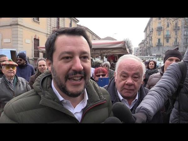 Milano, Salvini arriva al mercato e la banda suona 'Bella ciao'