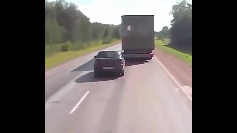 Покажите эту гифку тем кто ведет себя слишком самоуверенно на дороге