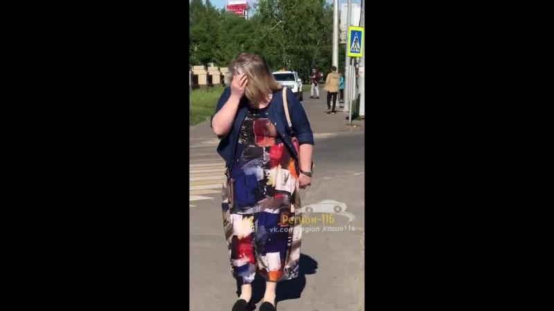 Автомобиль катается по тротуару в Казани