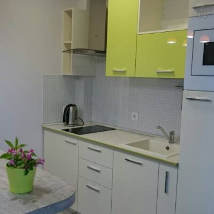 Идея по отделению кухни в прямоугольной студии.