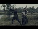 Каскадер и фехтовальщик мечами разрубают фрукты