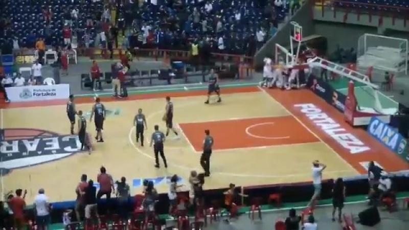 Brazilian league, game ending, down 3, dude goes to FT line httpst.coNmrtLzdw4z