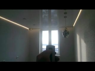 Парящий белый глянцевый натяжной потолок
