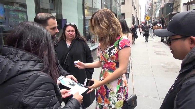 Camilla Luddington раздает автографы после съемки в шоу Today » Freewka.com - Смотреть онлайн в хорощем качестве