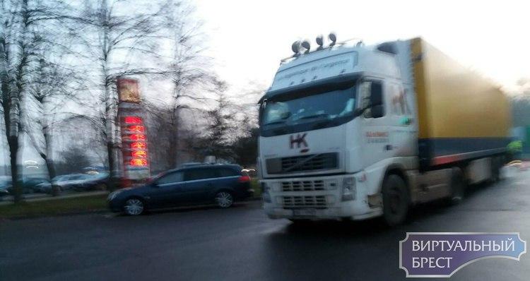 В Бресте под колесами фуры пострадал пешеход (впечатлительным не смотреть)