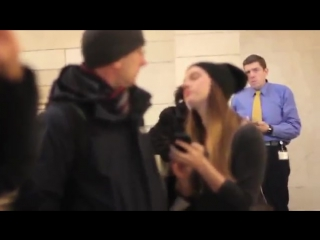 Реакция людей на поцелуй незнакомого человека)