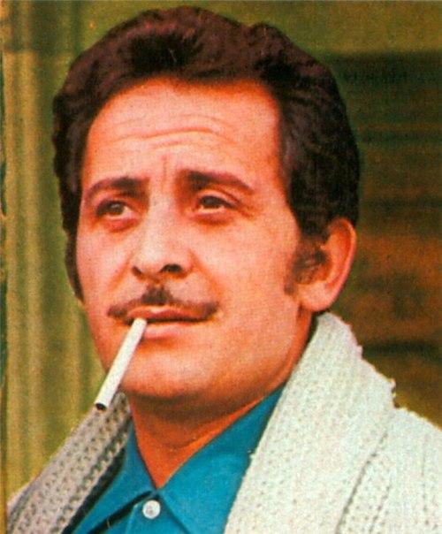 Доменико Модуньо (1928 — 1994) — итальянский певец, музыкант и актёр. В 1958 году был дважды удостоен премии «Грэмми» за песню Volare (лучшая песня и самая продаваемая запись года). С этой же композицией Модуньо победил на музыкальном фестивале в Сан-Ремо