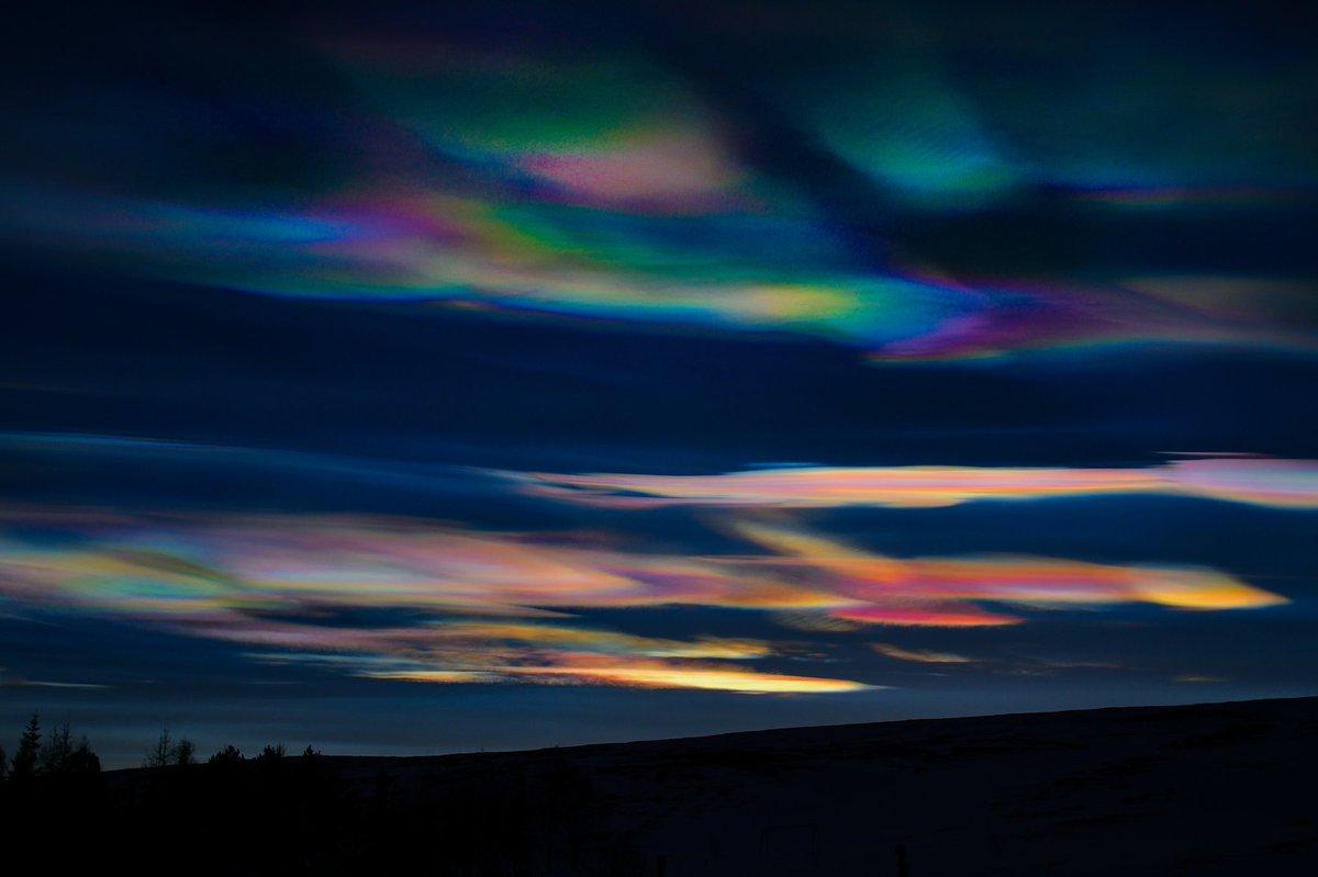 Радужное сияние иризации облака перламутра.Радуга сияния стихия воздух Облака цвета перламутр перламутровые Радужные облака — довольно редкое оптическое явление, при котором очень тонкие облака, находящиеся вблизи Солнца, окрашиваются в спектральные цвета. Обычно эти цвета пастельные, бледные, но при определенных условиях могут быть и очень яркими. Симпсон справедливо указал на то, что иризация является наиболее распространенным видом венцов — оптического явления, связанного с дифракцией света на каплях переохлажденной воды в облаках и образованием цветных кругов в облачной пелене вокруг Солнца. По своей сути, радужные облака — это части несостоявшихся венцов . И если полноценные венцы в атмосфере встречаются крайне редко, то радужные облака увидеть можно почти каждому, главное — быть внимательным! Наблюдать за радужными облаками лучше всего в темных очках, чтобы не ослепнуть, ведь появляются они только вблизи Солнца, на расстоянии около 3–15°, в отдельных случаях до 30°. Но если светило скрыто за чем-то (за другим облаком, за горой и т. д.), то иризацию можно увидеть и невооруженным глазом.