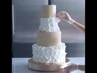 Как вам такая подача свадебного торта?