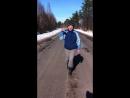 Девчёнки учитесь у него как правильно ходить от бедра)