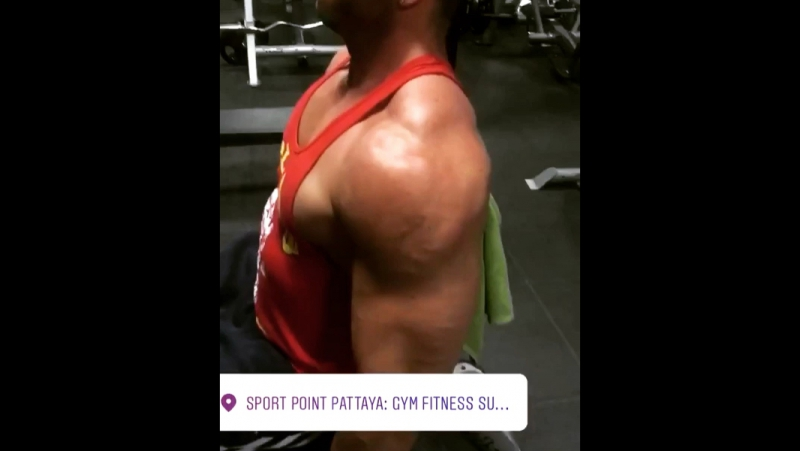 Biceps and triceps work out 💪🏻🙌🏻