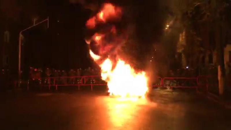 Під Адміністрацією президента підпалили шини