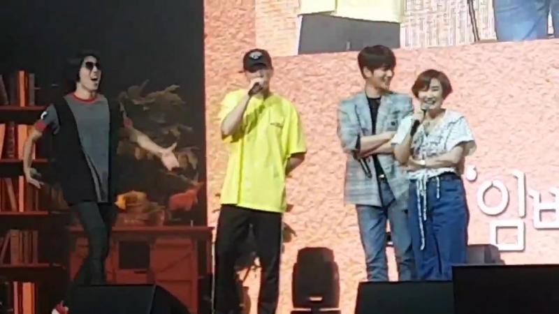 Yaaa yerim Dongwoo Woohyun Sungyeol Myungsoo nun fanmeeting e gitmişler ve Myungsoo sahneye davet etmiş üyeleri ama Sungyeol de