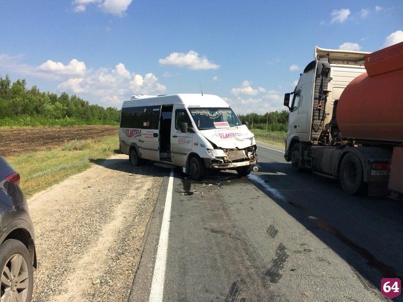 Под Саратовом в ДТП с фурой пострадали 7 пассажиров микроавтобуса
