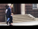 Ahh....Prince William returns to the Lindo Wing with his children to see their new baby brother RoyalBaby DuchessofCambridge Gor