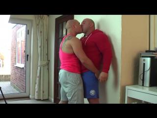 Мужики после бега решили поцеловаться