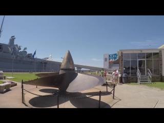 Русский дальнобойщик посещает экскурсию по военному линейному кораблю-музею США «Алабама» (BB-60)