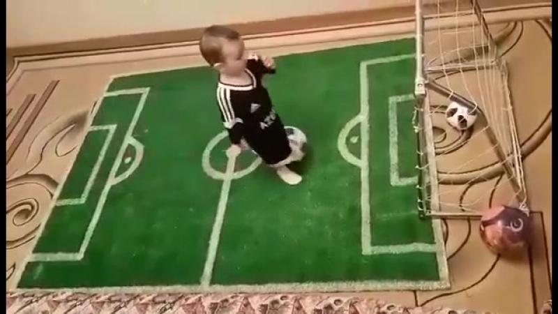 Маленький фанат агдамского Карабаха))