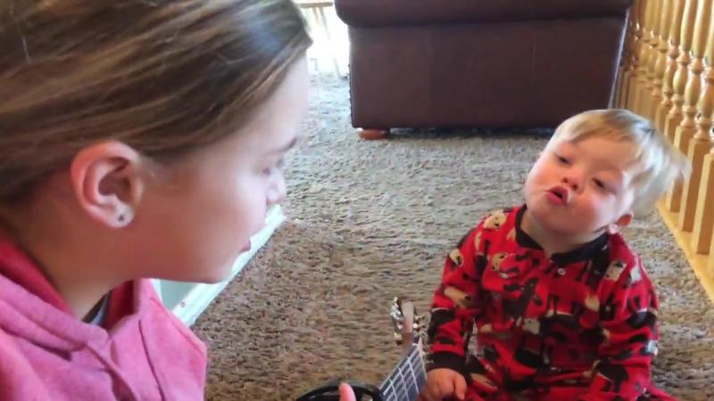 Сила любви: двухлетний малыш с синдромом Дауна подпевает старшей сестре
