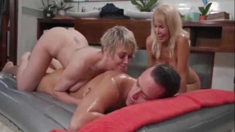 Зрелая мама с подругой сделали массаж и трахают сына, ЖМЖ mature mom massage group family porn (Инцест со зрелыми мамочками 18+)