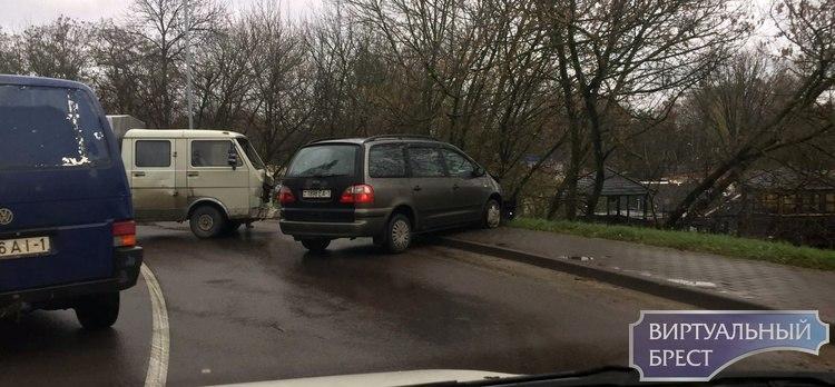 На ГОБК автомобиль чуть не упал с путепровода
