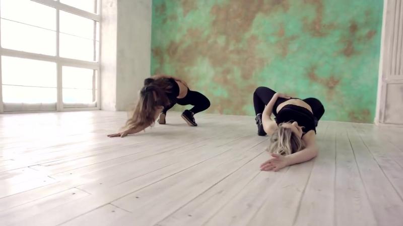 Две танцовщицы в обтягивающих штанишках