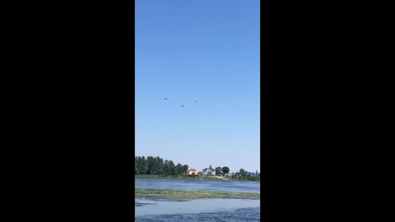 Военные вертолеты в небе над Усть Ижорой