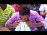 Молодой индиец смог засунуть в рот 459 трубочек для питья.