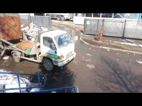 Москва. Остаповский проезд, д. 6А. Свалка мусора на дороге