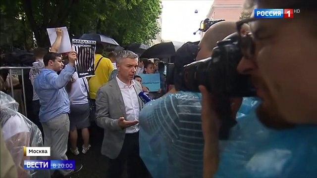 Вести 20 00 • Це Европа журналисты пришли к посольству Украины с фотографиями Кирилла Вышинского