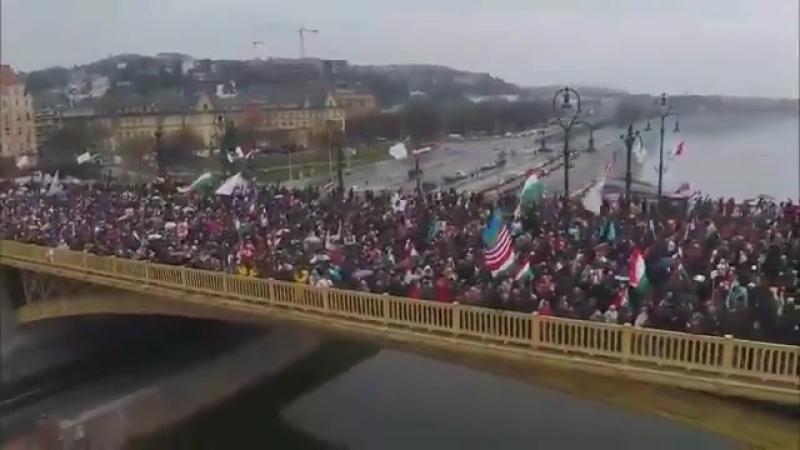 Fornøyde ungarer sier vi kan gå ut på gatene ikke som i Paris Berlin og i Sverige Lenge leve Orbán
