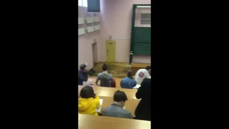 На день открытых дверь в МГТУ им Баумана в аудитории упал потолок и полилась вода