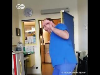 Танцующий немецкий доктор для маленького пациента