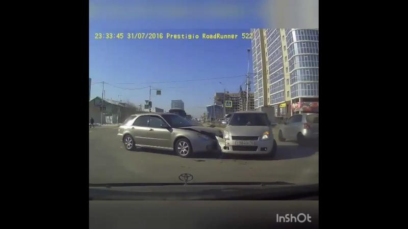 ДТП на перекрестке улиц ЛермонтоваКаландаришвили попало на камеру видеорегистратора.