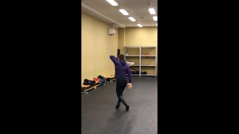 Парень круто танцует лезгинку