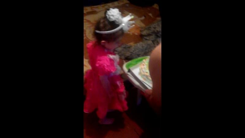 режут торт