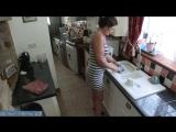 Жена моряка моет посуду пока муж отмечает приезд с друзьями [milf, mature, милф, мамки]