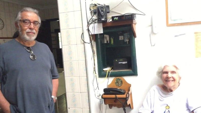 Célia Couto Teixeira e Mestre Cláudio Danadinho homenageiam Mestre Angoleiro. Juiz de Fora. 27abr18
