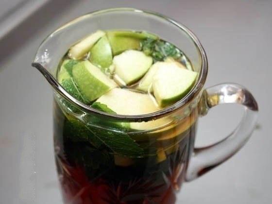холодный чай с мятой и яблоком ингредиенты: - 30 г свежей мяты - 10 г черного чая - 60 г сахара - 1 яблоко - 1/2 лайма приготовление: завариваем 1,5 литра чая в произвольных пропорциях и нарезаем горсть листьев мяты довольно крупно. горячий чай