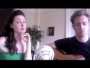 Деушка поёт быструю песню.