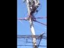 (18) Филиппины. Голая женщина полезла на столб ЛЭП, где ее так тряхануло, что сорвалось.