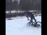 Трюкач на велике в снегу