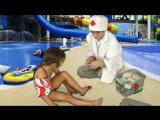 Дети играют в доктора - Травма в аквапарке: поскользнулась и поранила ногу. Первая помощь.