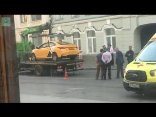 ФАН публикует видео эвакуации такси, въехавшего в толпу в центре Москвы
