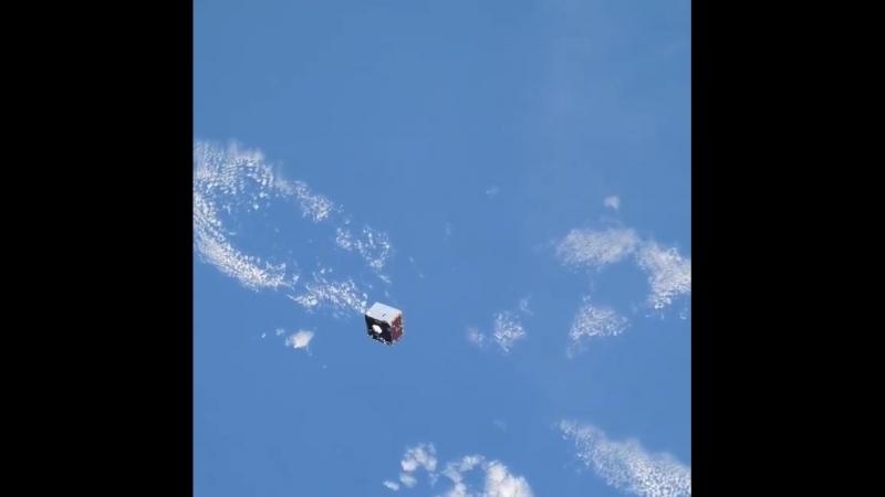 Космонавт Олег Артемьев заснял как спутник пролетает мимо МКС