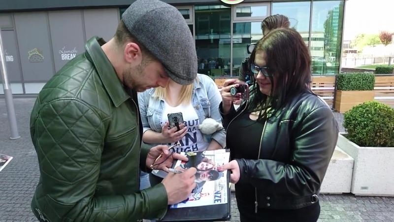 Себастиан раздает автографы после записи интервью на радио Europa FM | 28.04.18